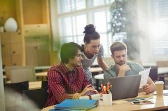 ejecutivos-discutiendo-diversos-asuntos