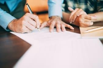 persona-firmando-contrato-laboral